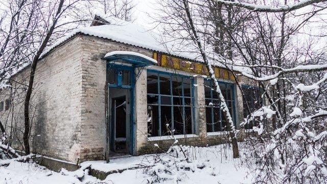 Продуктовый магазин города Припять в заснеженном зимнем лесу