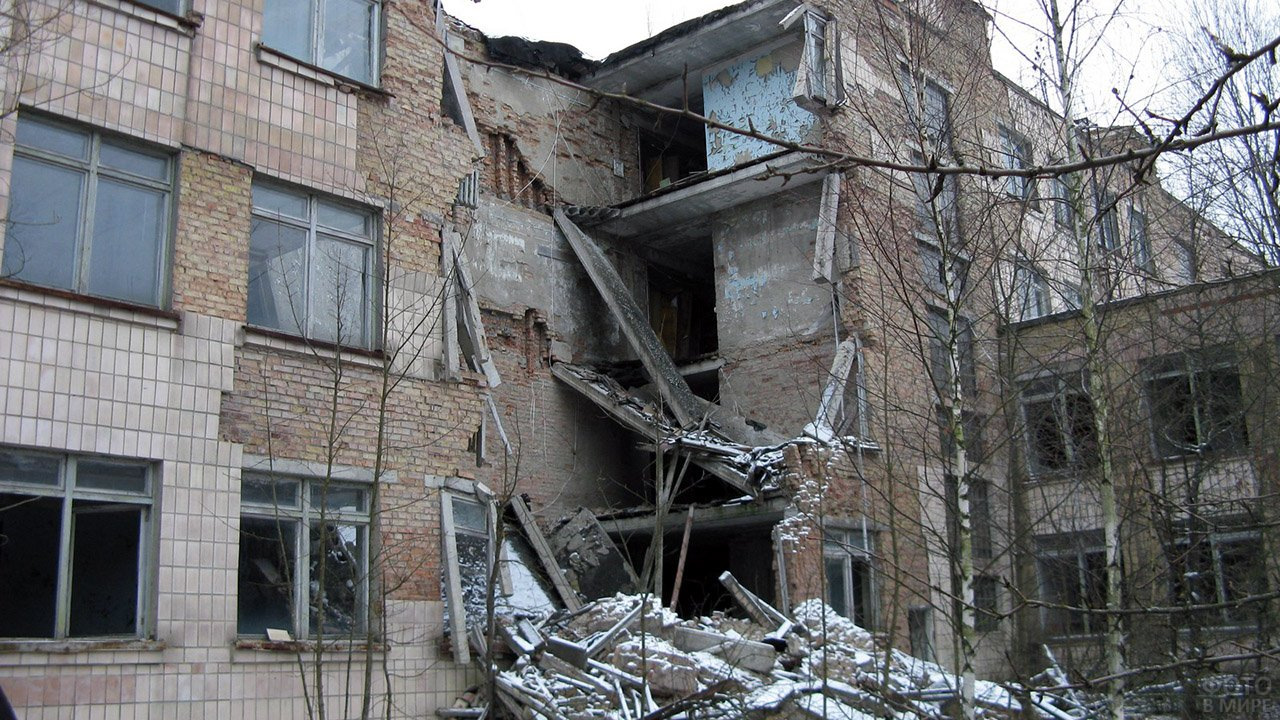 Разрушенная стена здания в реальной Припяти - одна из локаций компьютерной игры