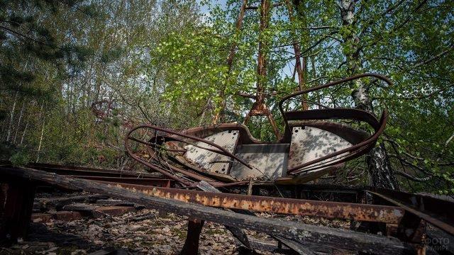 Ржавая лодочка детского аттракциона в Припяти