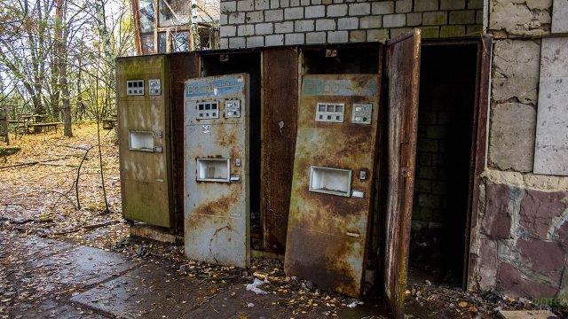 Ржавые вендинговые автоматы газированной воды в заброшенной Припяти