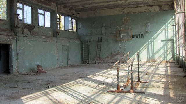 Школьный спортзал в заброшенном здании зоны отчуждения Припять