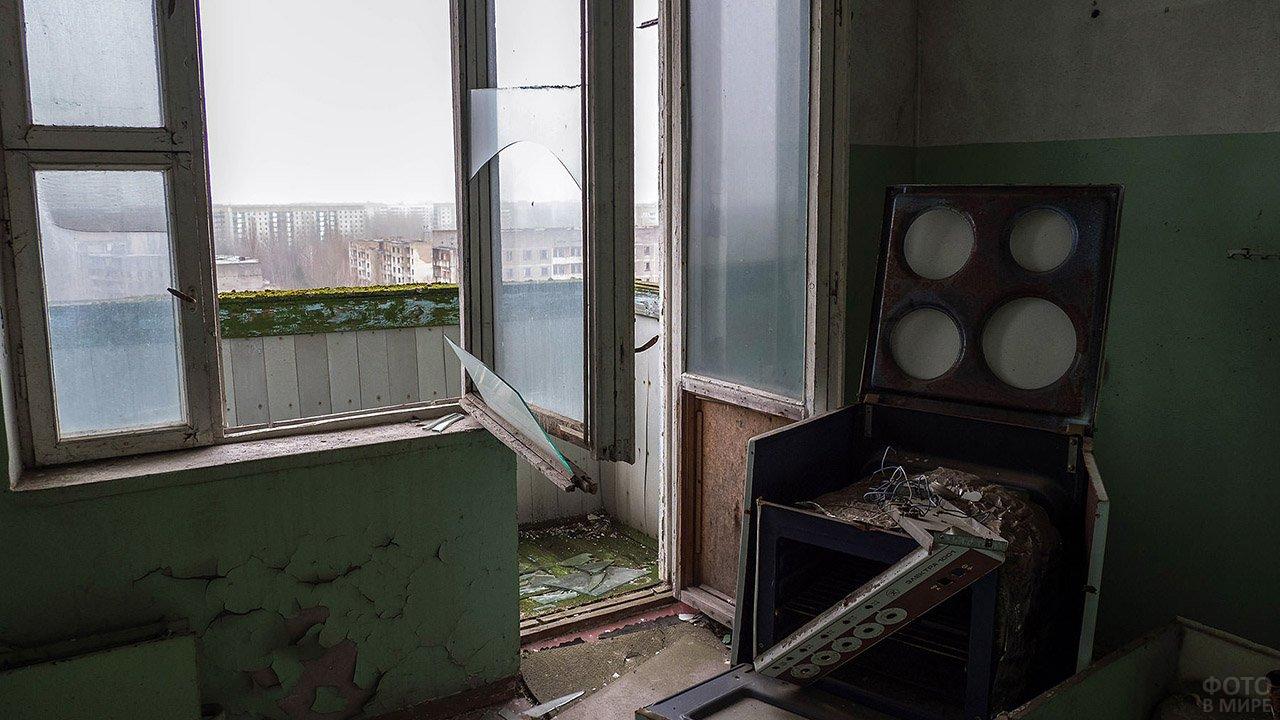 Сломанная кухонная плита в заброшенном доме в Припяти