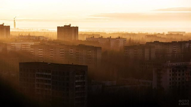 Туманнная панорама заброшенной Припяти на рассвете
