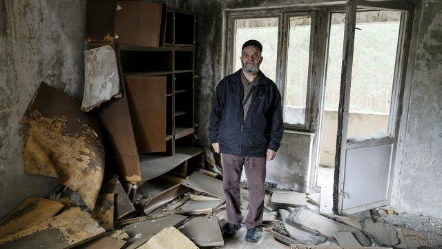 Турист в квартире заброшенного дома в Припяти