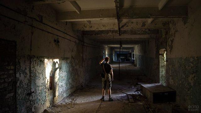 Участник сталкер-тура в заброшенном здании в Припяти