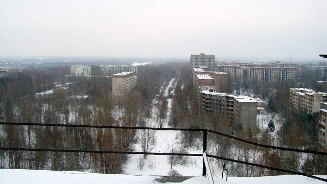 Вид с крыши заброшенного дома на город-призрак Припять зимой