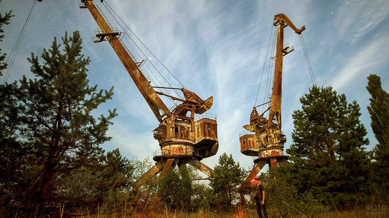 Заброшенные подъёмные краны в зоне отчуждения Припять
