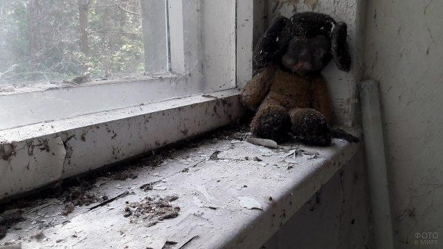 Забытая при эвакуации плюшевая игрушка в заброшенном доме в Припяти