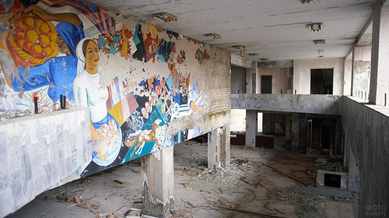 Живописные руины в центре Припяти