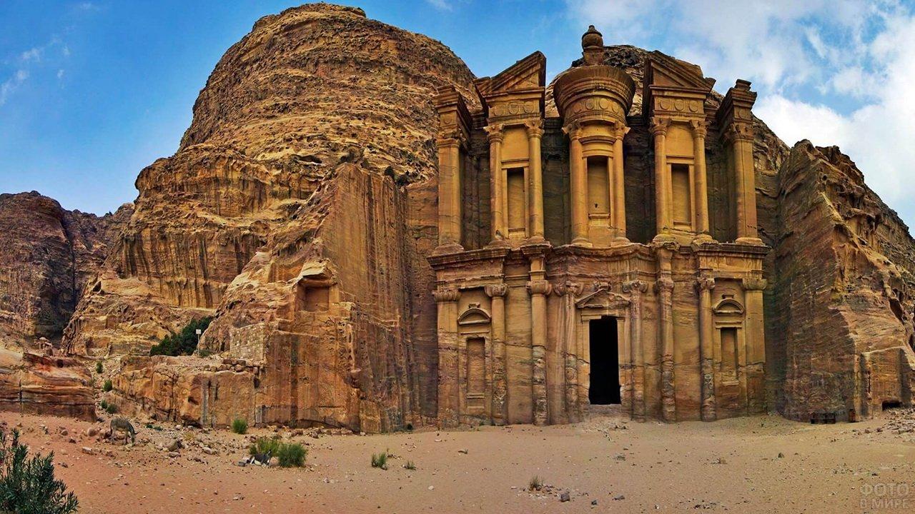 Большой вход в Храм в скале на фоне голубого неба