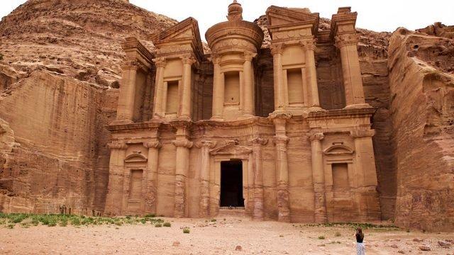 Девушка фотографирует древний храм