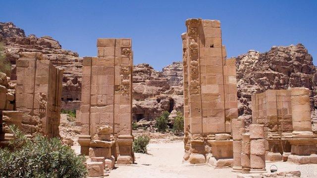 Каменные колонны в Петре