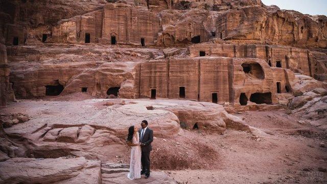 Мужчина и женщина на фоне Петры