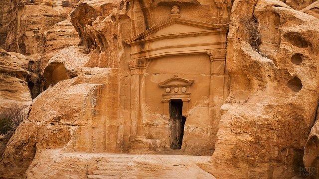 Небольшой вход в скалах Петра