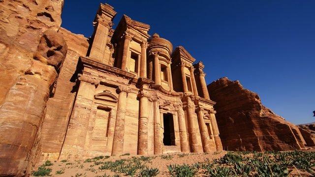Огромный вход в храм вид снизу