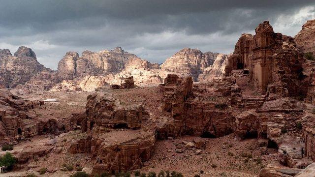 Панорамный вид на город Петра в скалах