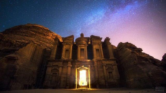 Светящийся вход в храм