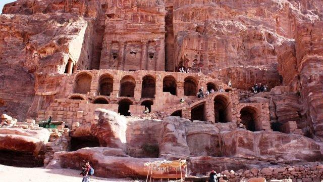 Туристы на подъёме в древний город