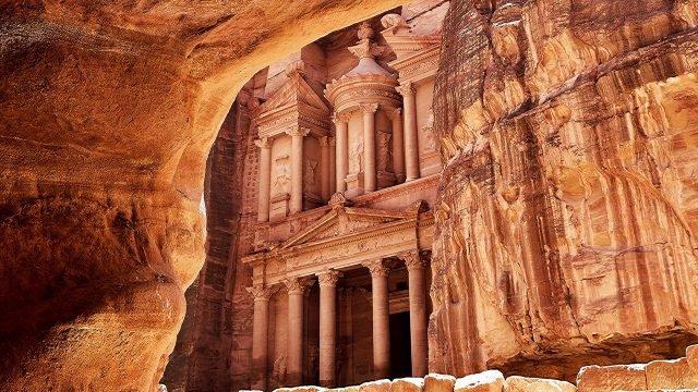 Вид на Петру через каменный склон