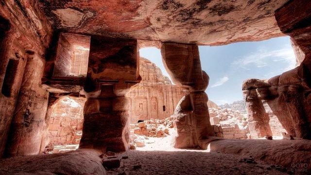 Вид с пещеры на древний храм