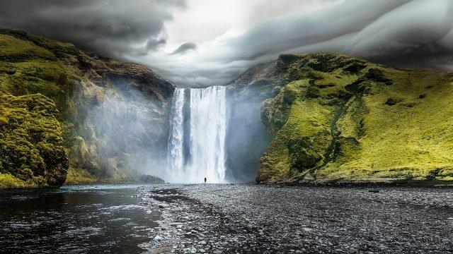 Большой водопад Скоугафосс на фоне сгущающихся туч