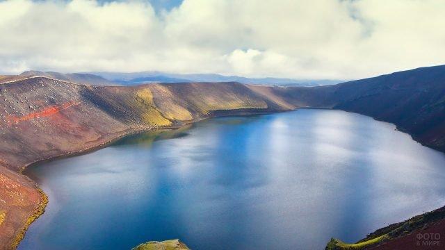 Чистое голубое озера, окружённое горами