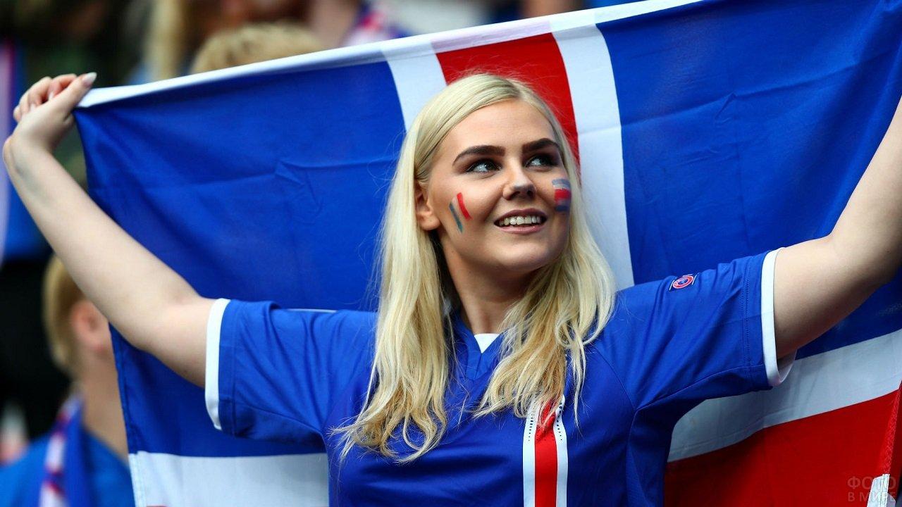 Девушка болельщица с флагом Исландии