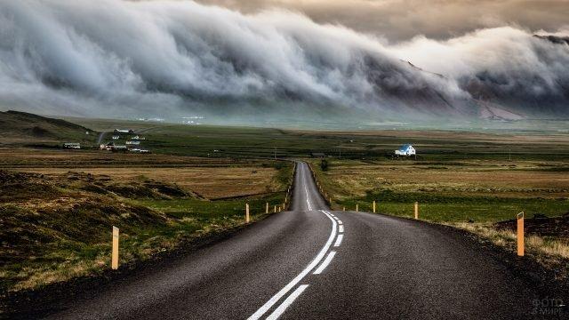 Густой туман над горами и дорога, ведущая вдаль