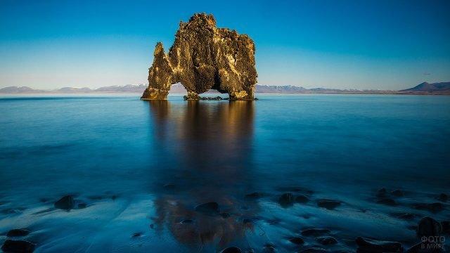 Камень посреди голубого моря