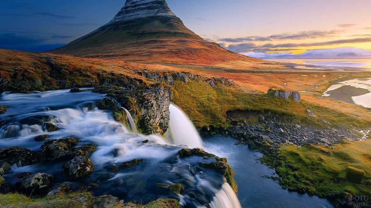 Красивый пейзаж водопада и горы Киркьюфетль