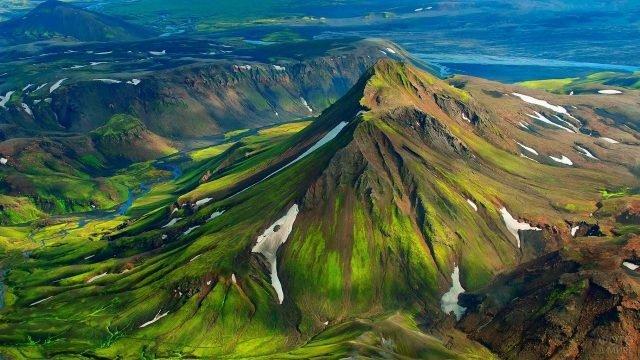 Красивый вид сверху на горы и речку