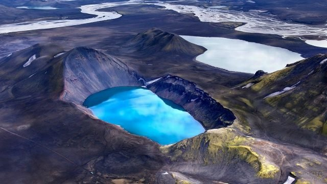 Кратер вулкана Аскья, заполненный водой