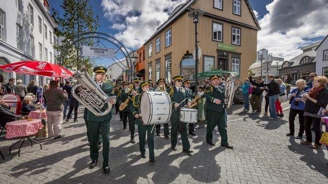 Люди празднуют день Независимости в городе маршем с барабанами по улице
