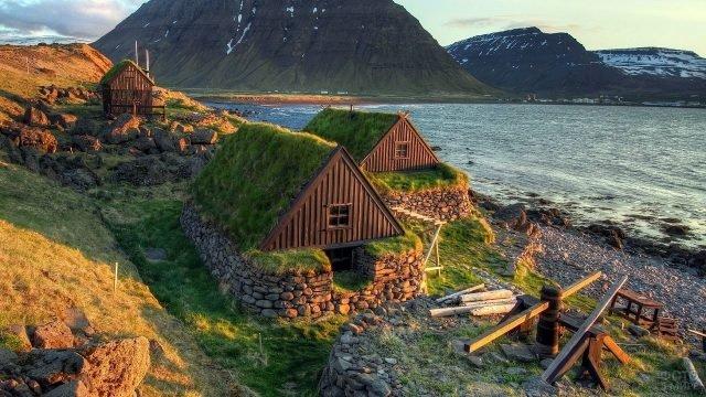 Маленькие домики рядом с морем