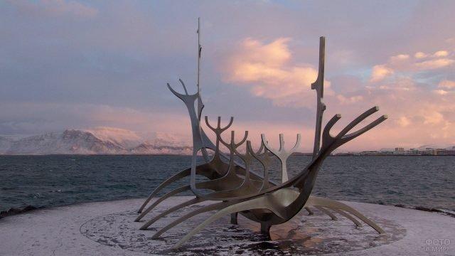 Необычная скульптура с ответвлениями из металла