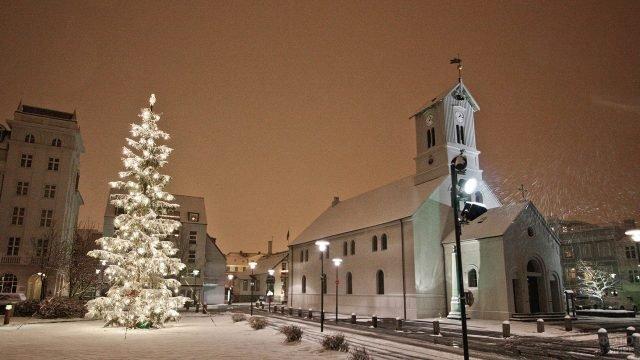 Одна из улиц города, засыпанных снегом