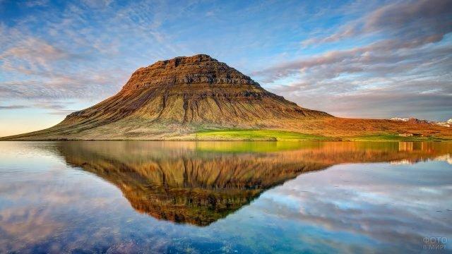 Отражение горы и равнины в воде