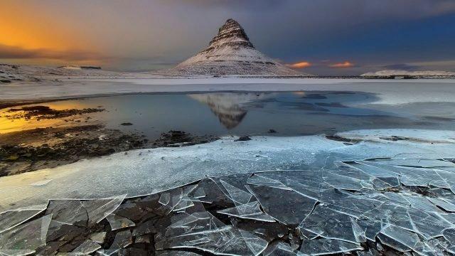 Расколотый лёд на фоне одинокой горы