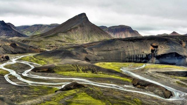 Ручей, протекающий вдоль гор и холмов