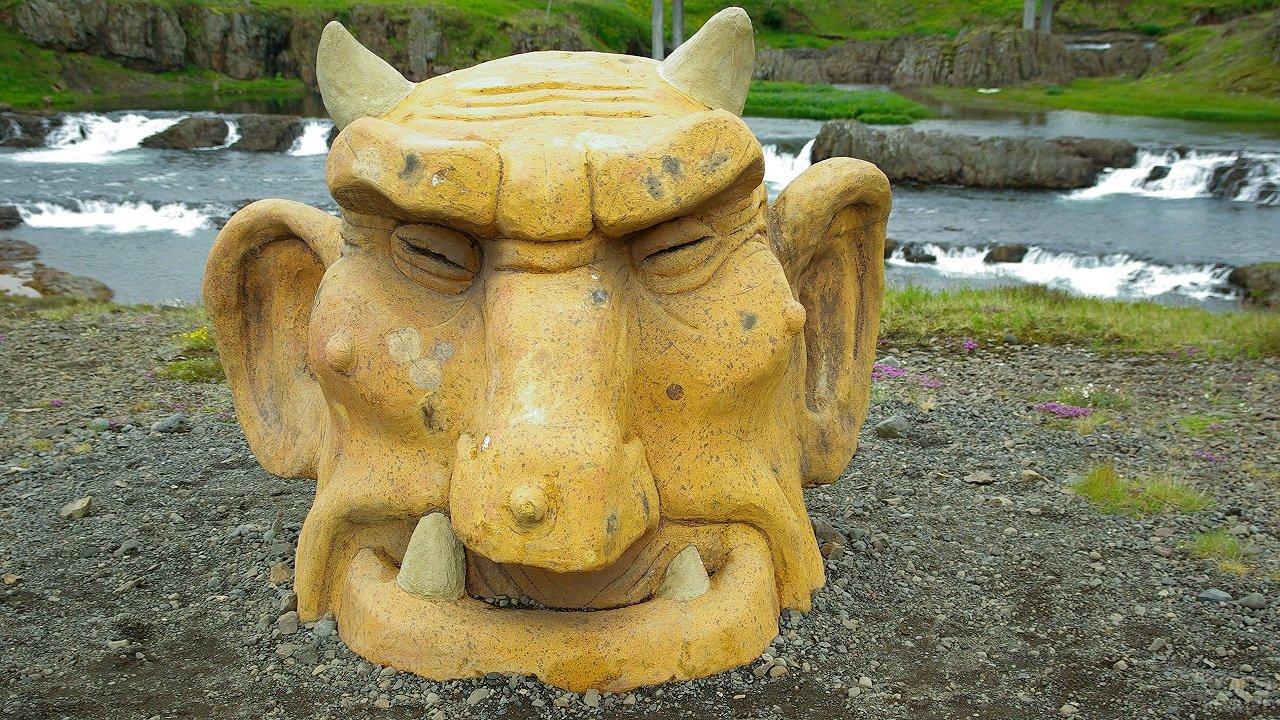 Статуя головы тролля в Исландии