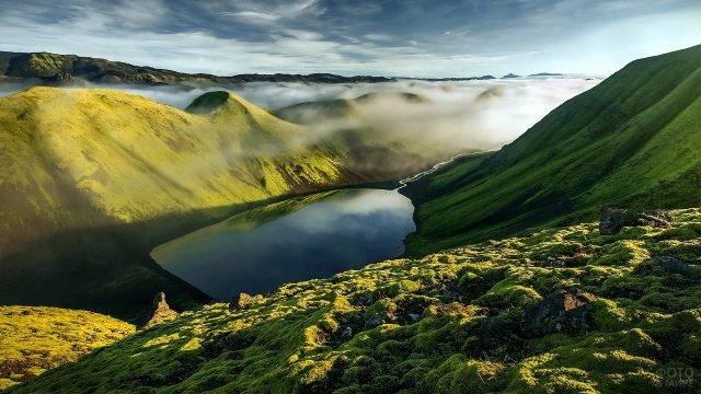 Вид с высоты гор на озеро и ручеёк