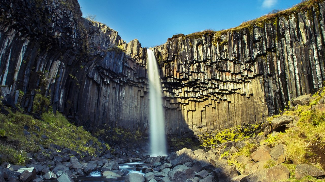 Водопад Свартифосс, стекающий с большой высоты