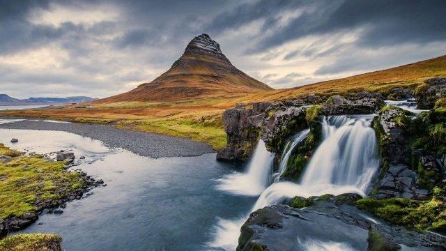Высокая гора рядом с водопадом
