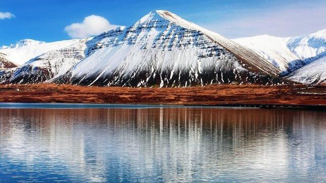 Заснеженные горы у моря