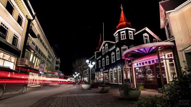Живописная улица городка в Исландии в ярком необычном освещении