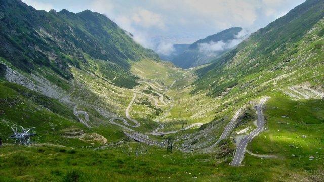 Горная дорога среди зелёных холмов