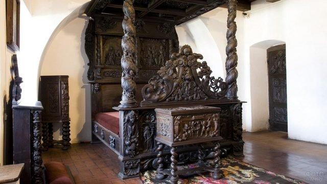 Резная дубовая кровать в замке Бран