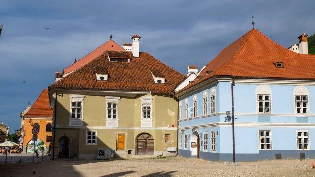 Стык синего дома и коричневого в городке в Трансильвании