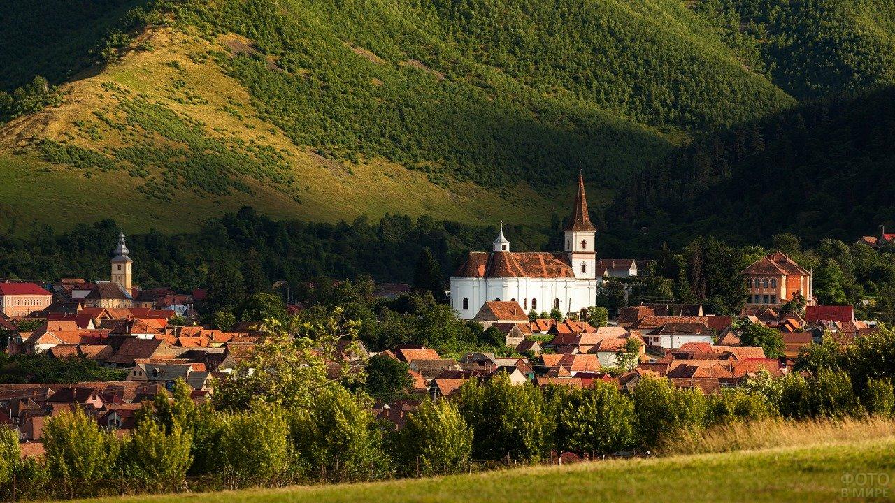 Трансильвания на фоне зелёных холмов