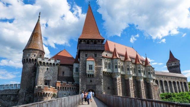 Туристы на мосту на фоне замка Дракулы